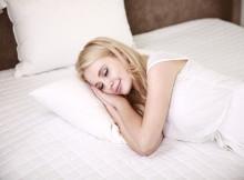 Frau schläft bequem im Bett