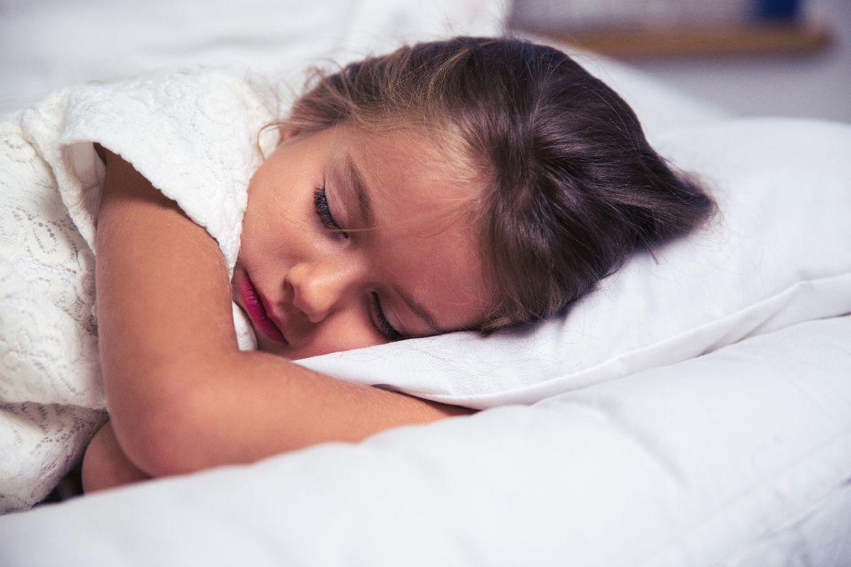 Kind Mädchen schläft im Bett