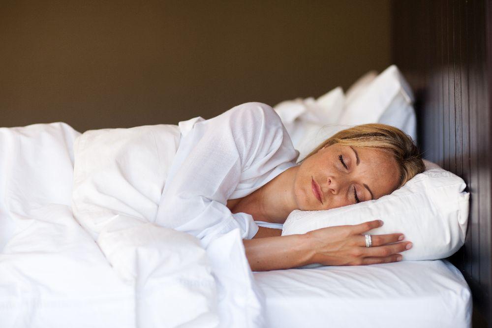 Frau im Bett schlafend