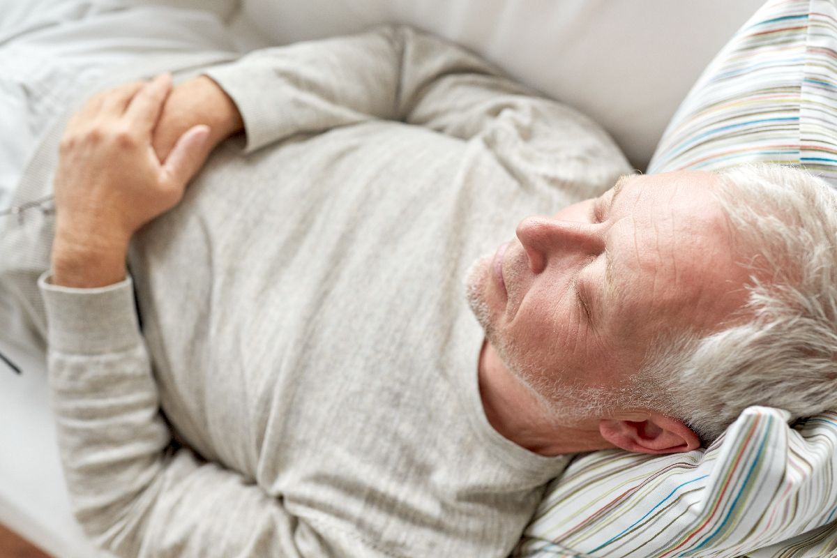Senior schläft